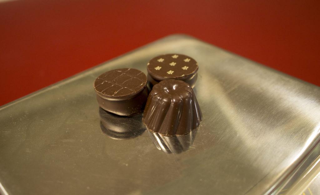 Chocolat Maxim's sur une balance - Maxim's de paris